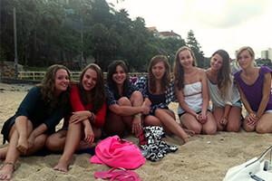 Rilassandosi sulla spiaggia dopo una lunga giornata di lezione di inglese all Academy