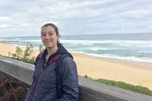 Studentessa di TecAustralia in un momento di relax sulla costa di fronte all'oceano