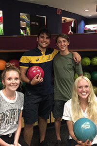Gli studenti TecAustralia durnte una serata sociale al bowling
