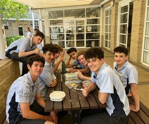 Gli studenti di un campus maschile in Australia durante un momento di intervallo dalle lezioni prima della fine del bimestre