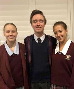 La divisa viene adottata in tutte le scuole in Australia e crea un forte senso di appartenenza al gruppo oltre ad essere molto pratica