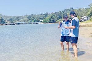 Studenti impegnati a raccogliere campioni di acqua per un progetto di scienze applicate nell'ambito della didattica Stem offerta da tutte le nostre scuole private