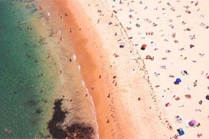 Praticare la distanza sociale sulla spiaggia